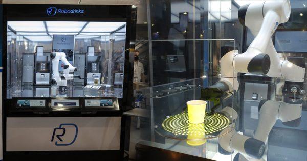 Robot colaborativo sirviendo café Daneel